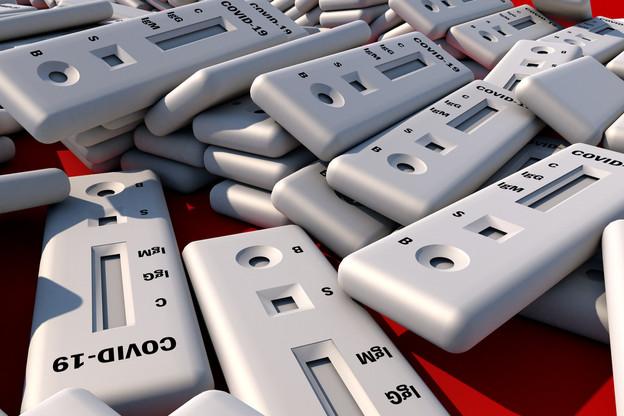 Ces dispositifs composés de plastique contiennent aussi un réactif, sans compter leur emballage en carton. (Photo: Shutterstock)