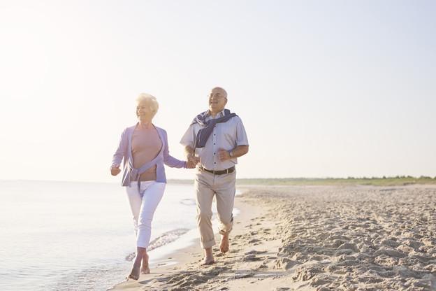 Les seniors partent plus longtemps en voyage et plus loin que les plus jeunes. (Photo: Shutterstock)