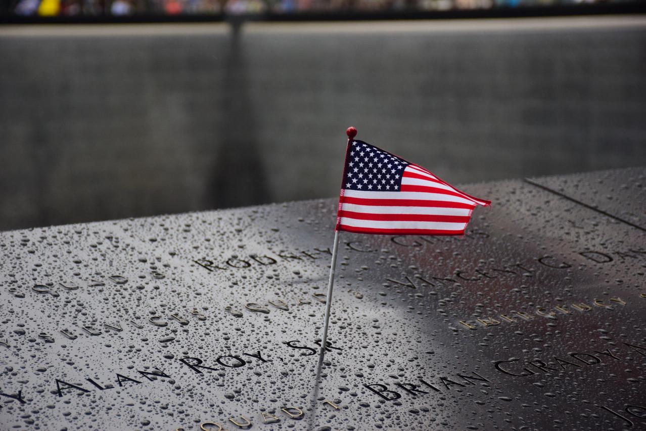 Les noms des 3.000 victimes des attentats du 11 septembre ont été gravés sur les murs du bassin d'eau du 9/11 Memorial à Ground Zero. (Photo: Shutterstock)