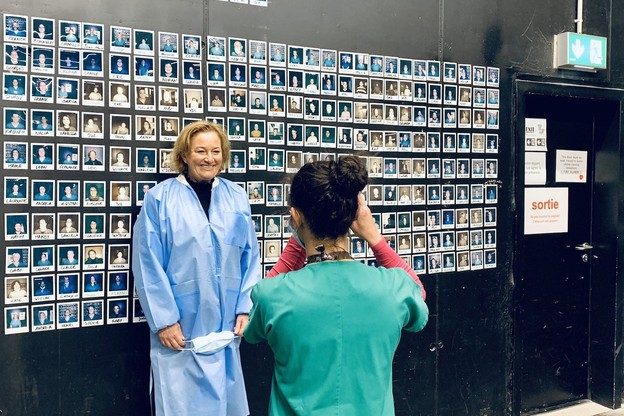 La ministre de la Santé, PauletteLenert, qui visitait ce dimanche le centre de soins avancés de la Rockhal, devra expliquer pourquoi le test PCR de Fast Track Diagnostics a si vite été choisi, alors qu'il ne semblait pas encore tout à fait au point. (Photo: Twitter/Paulette Lenert)