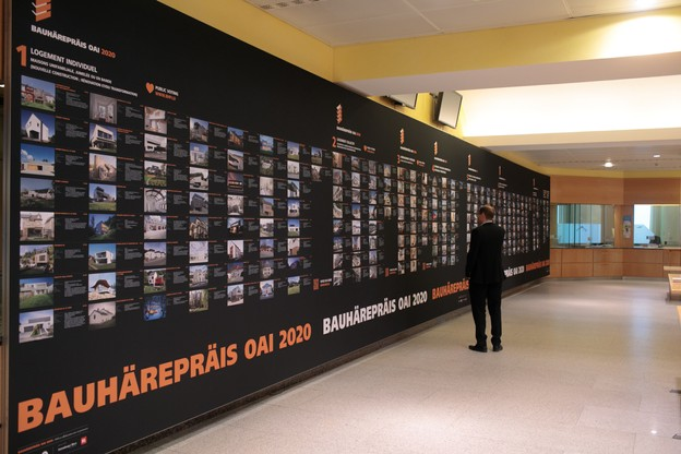 L'exposition du Bauhärepräis OAI2020 se déploie dans l'ancienne salle des guichets de l'Hôtel des Postes à Aldringen. (Photo: Matic Zorman / Maison Moderne)