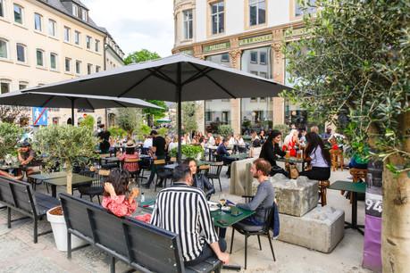 Malgré les lourds travaux environnants, la terrasse du Bazaar reste incontestablement l'une des plus courues et confortables de la capitale… (Photo: Romain Gamba / Maison Moderne)