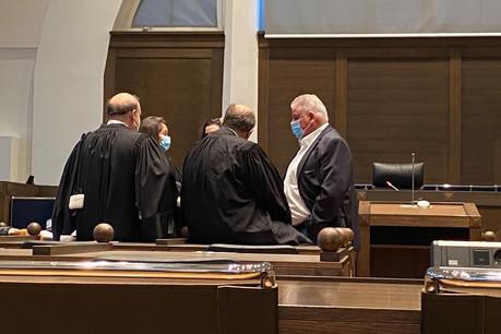 Derniers conciliabules pour Flavio Becca et ses avocats, avant sa première comparution devant un tribunal correctionnel. (Photo: Maison Moderne)