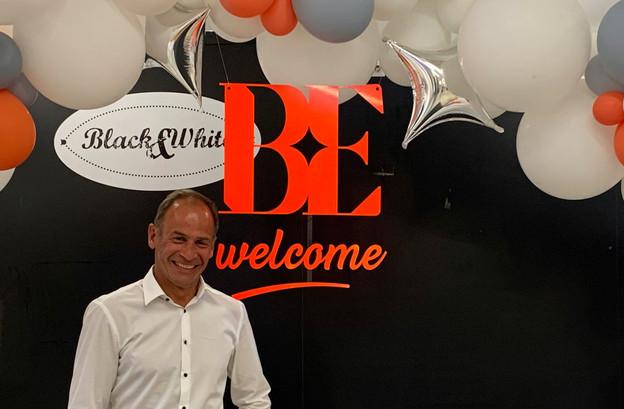 Le directeur du centre Manu Konsbruck à côté du nouveau logo: «Il est dans l'air du temps, tout en gardant un côté classique». (Photo: Maison Moderne)