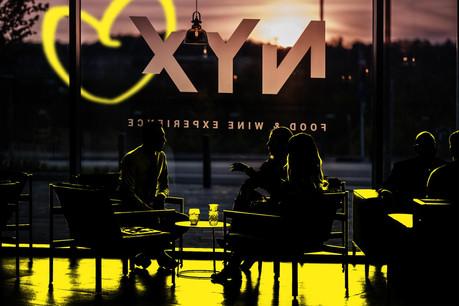 NYX propose 115 couverts dans un restaurant-bar à vins à la fois chaleureux et sophistiqué, complétés par 60 places sur la belle terrasse en esplanade, à Esch-Belval. (Design: Maison Moderne)