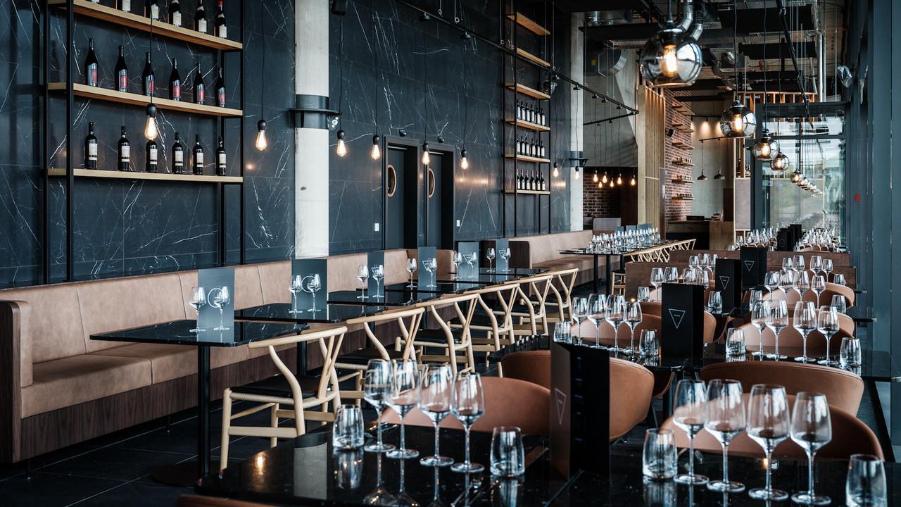 Le décor du restaurant Nyx et ses influences industrielleschics font écho au cadre unique du quartier Esch-Belval. © Pieter D'Hoop - www.pdsign.be