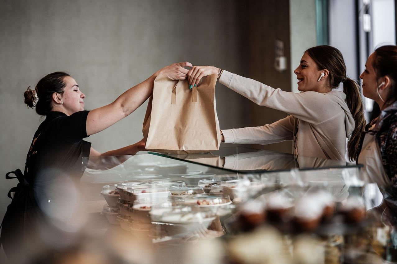 Dans sa volonté de proposer un service gourmand le plus complet possible, Nyx a également installé un comptoir take-away indépendant du restaurant. © Pieter D'Hoop - www.pdsign.be
