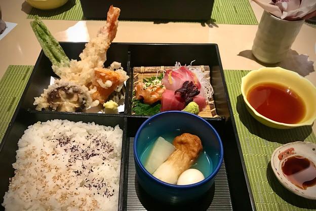 La tradition culinaire nippone dans toute sa splendeur avec un très joli bento, au Kamakura. (Photo: Maison Moderne)
