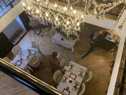 L'Opéra, vu de sa salle du haut, à l'ambiance cosy, cheminée allumée. ((Photo: Maison Moderne))