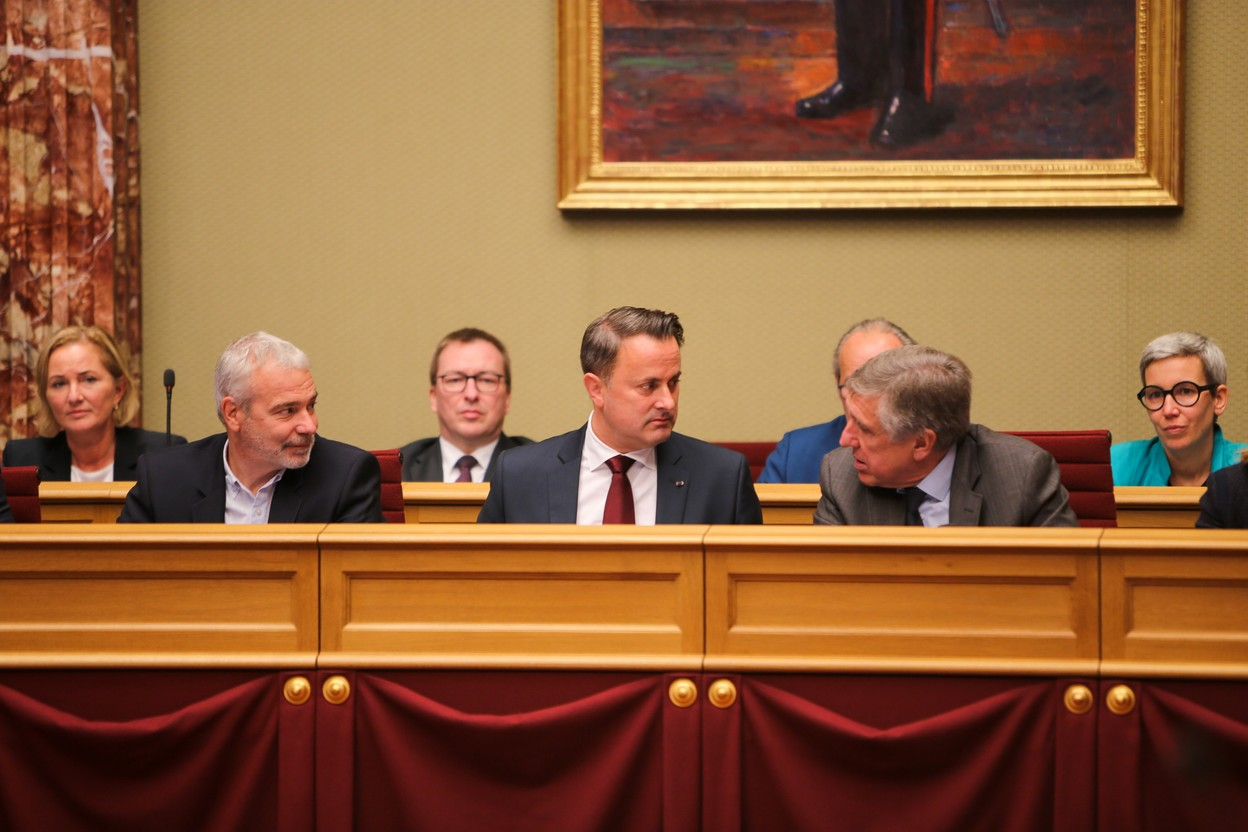 Prime minister Xavier Bettel (c.) with his deputies Dan Kersch (l.) and François Bausch (r.), pictured in parliament on 12 October Photo: Romain Gamba / Maison Moderne