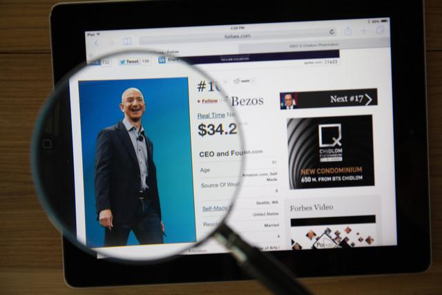 Le patron d'Amazon, Jeff Bezos, continue de trôner en tête du classement des milliardaires, établi comme chaque année par Forbes. (Photo: Shutterstock)