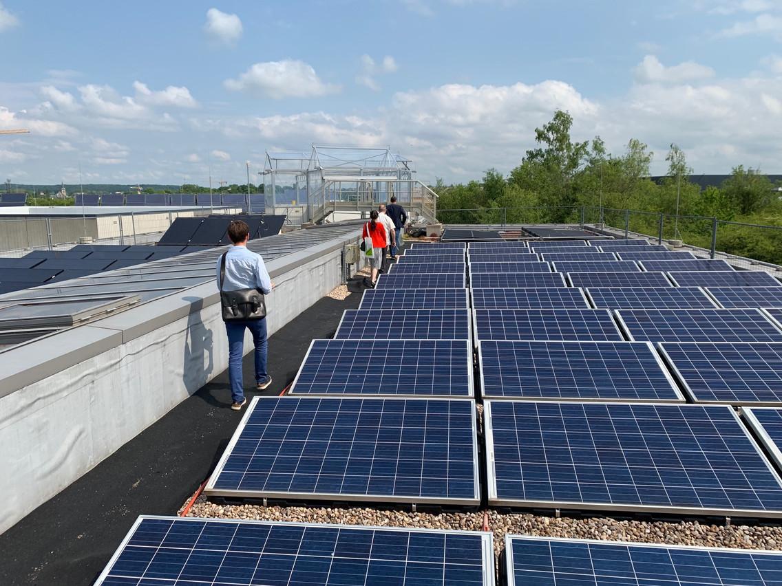 La serre trône fièrement à l'extrémité du toit, déjà bien occupé par des panneaux solaires. (Photo: Paperjam)