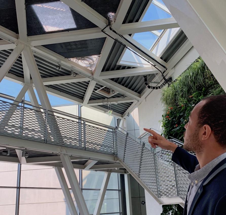 La serre permet aussi d'ouvrir le plafond pour laisser passer plus de lumière dans les bureaux. (Photo: Paperjam)