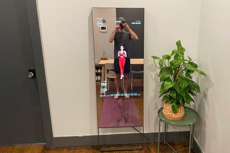 Mirror, un des exemples de la «low touch economy». Faute de cours de sport en salle, ce miroir permet d'y participer avec le prof dans le miroir et la possibilité de vérifier que l'on fait correctement ses exercices ou de partager ses données avec ses amis. (Photo: Mirror)