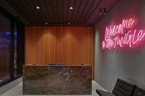 À l'accueil, on trouve un néon qui est un clin d'œil au nom du bâtiment. ((Photo: SergeBrison))