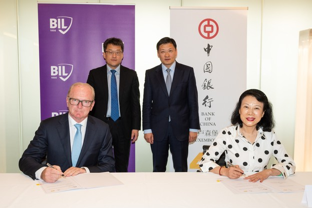 Marcel Leyers, président du comité exécutif de la Bil, etZhou Lihong, directeur général de Bank of China Luxembourg, ont signé un accord. (Photo: Bil)