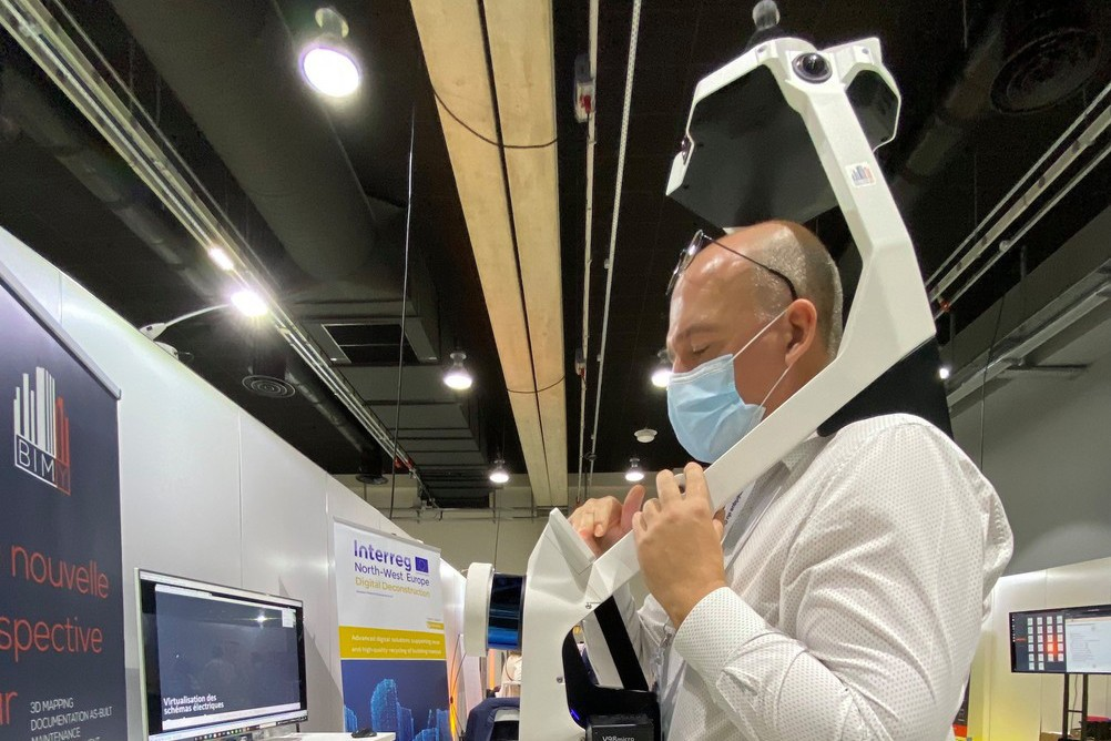 His harness scanner developed by NavVis allows Jean-Yves Marié to scan his clients' buildings faster. (Photo: Paperjam)