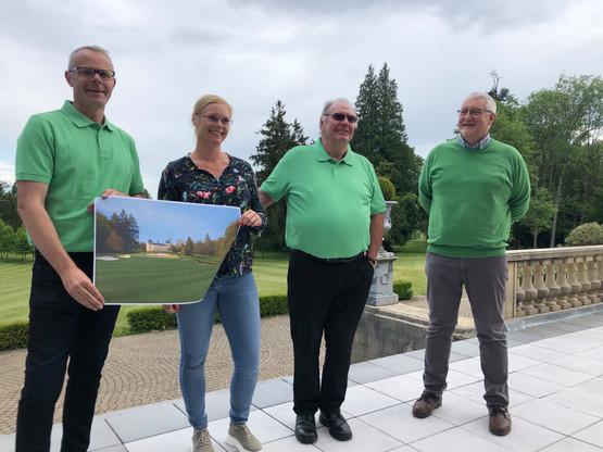 Roby Schintgen (au centre, à côté de sa fille Fiona avec qui il pilote le projet), Olivier Boulard (à gauche) et l'architecte Joël Collard (à droite). (Photo: Paperjam)