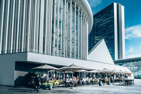 Avec son grand espace modulable, son décor urbain et ses assiettes qui valent le détour, la terrasse du Tempo fait mouche. (Photo: Maison Moderne)