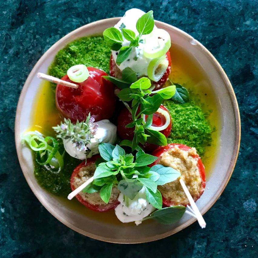 Piquillos aux anchois, pesto, citron vert et radis, à partager sur la terrasse du Tempo! Maison Moderne