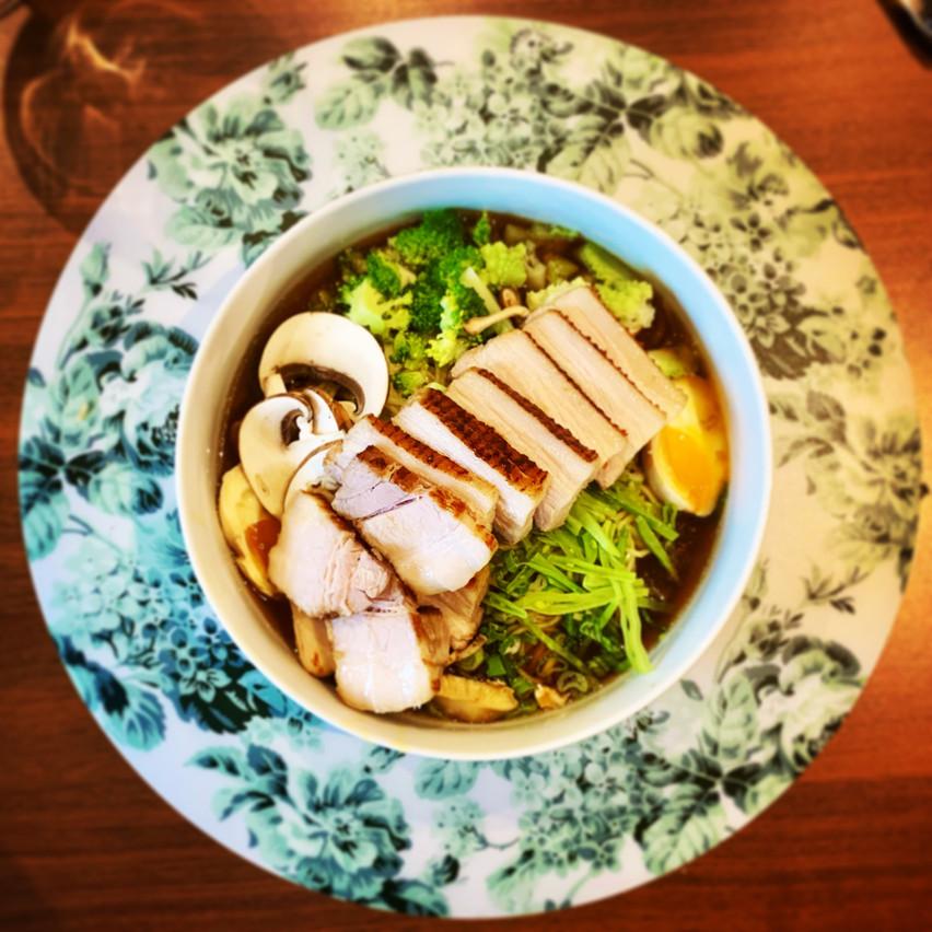 Le ramen maison avec les bonnes nouilles locales de Manzoku, parfait pour une soirée Netflix & chill en solo! Maison Moderne