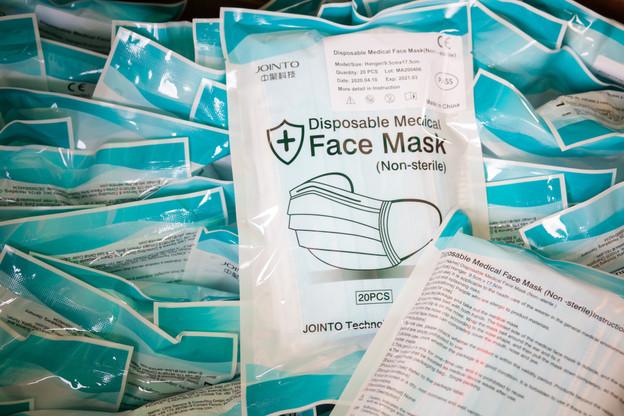 «Les masques jetables distribués aux résidents et aux frontaliers ne peuvent pas être lavés et doivent être jetés dans une poubelle au bout de 8 heures d'utilisation au maximum», recommande le ministère de la Santé. (Photo: Matic Zorman / Maison Moderne)