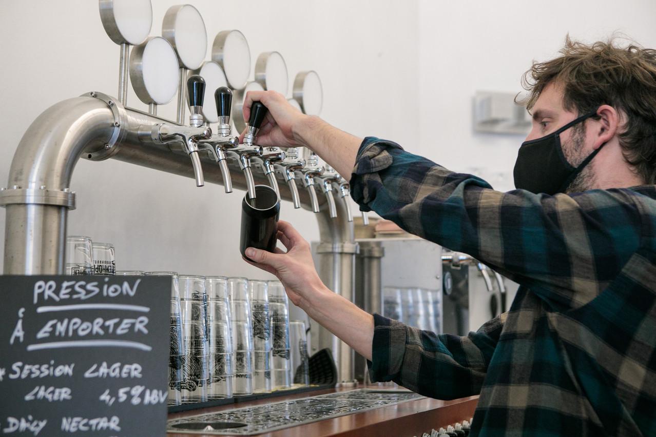 En quelques secondes, Damien Lesprit fait passer une bonne bière artisanale du fût à la canette «to go» dans sa boutique The Store, à Luxembourg. (Photo: Matic Zorman / Maison Moderne)