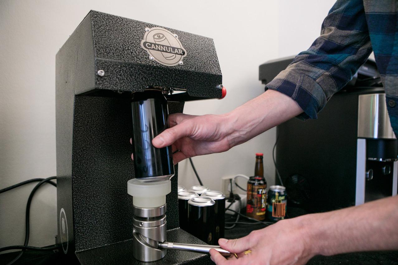 Le «crowler» de The Store permet aux client(e)s de déguster une bière à emporter en qualité pression… (Photo: Matic Zorman / Maison Moderne)