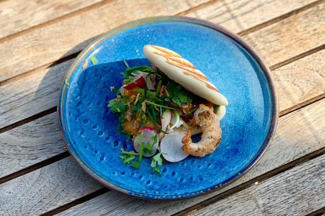 Le bao scampis-mangue est une des six versions gourmandes de ce petit sandwich asiatique proposées en take-away par le Mont St-Lambert, du mardi au samedi midi. (Photo: Maison Moderne)