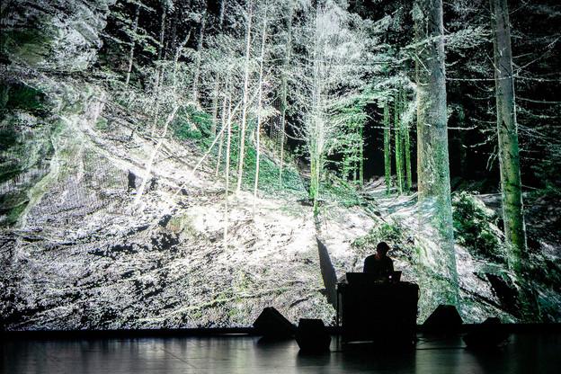 Parmi les nombreux formats proposés ce week-end aux Rotondes pour le festival Multiplica, des concerts audiovisuels très attendus de Frieder Nagel ou de Ryoichi Kurokawa, ici en photo. (Photo: Bruno Destombes)