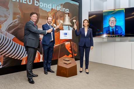JulieBecker, CEO de la Bourse de Luxembourg, et ArnaudDelestienne, membre du comité exécutif, ont lancé la première obligation NGEU avec ChristianEngelen de la Commission européenne. (Photo: Luxembourg Stock Exchange)