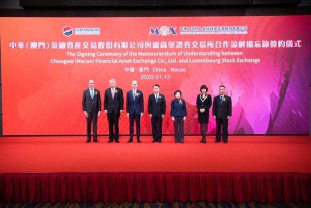 Robert Scharfe (à gauche sur la photo) a signé un nouvel accord avec un partenaire asiatique. (Photo: Bourse de Luxembourg)