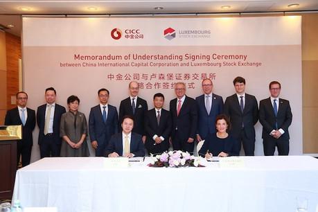 Julie Becker, pour la Bourse de Luxembourg, a signé un protocole d'accord avec Xu Yicheng, secrétaire du conseil d'administration de CICC. (Photo: Bourse de Luxembourg)