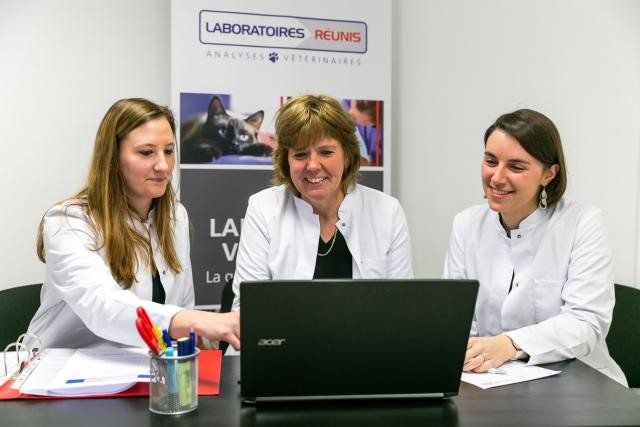 Le Dr Carole Meersschaert (au centre) et ses collaboratrices les Dr Fabienne Linden et Mélanie Heuschen (de gauche à droite), médecins vétérinaires aux Laboratoires Réunis. Photo: Laboratoires Réunis