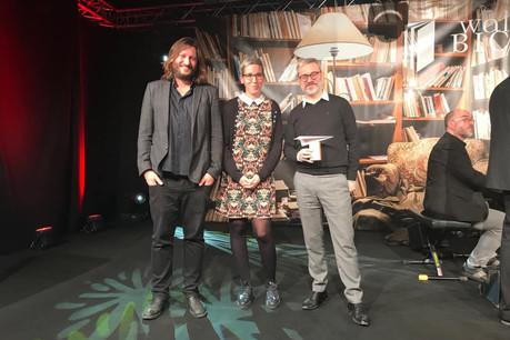SamTanson (au centre)était présente lors de la remise du prix à TomReisen (à droite) publié chez Hydre Éditions représenté par Ian de Toffoli (à gauche). (Photo: Facebook/Sam Tanson - meng Säit)