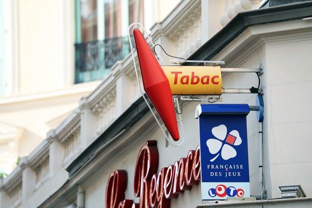 Pour être moins dépendants des recettes du tabac, les 24.000bureaux de tabac français ont élargi leur offre et veulent être considérés comme des «commerçants d'utilité locale». (Photo: Shutterstock)