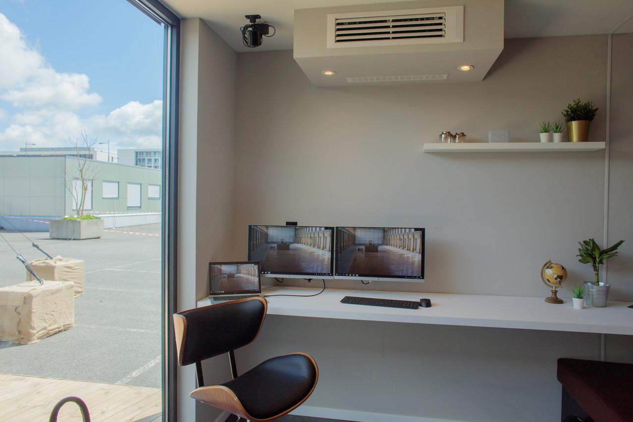 Deux écrans fixes installés à la maison pour connecter son ordinateur portable et travailler efficacement. (Photo: Matic Zorman)