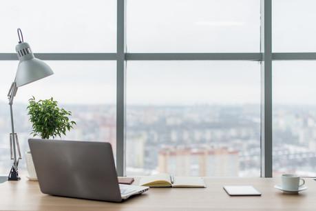 De nombreux salariés travaillant dans les bureaux des entreprises de construction ne pourront pas revenir dans les locaux en raison des mesures de précaution contre la propagation du Covid-19 ou parce qu'ils doivent s'occuper de leurs enfants. (Photo : Shutterstock)