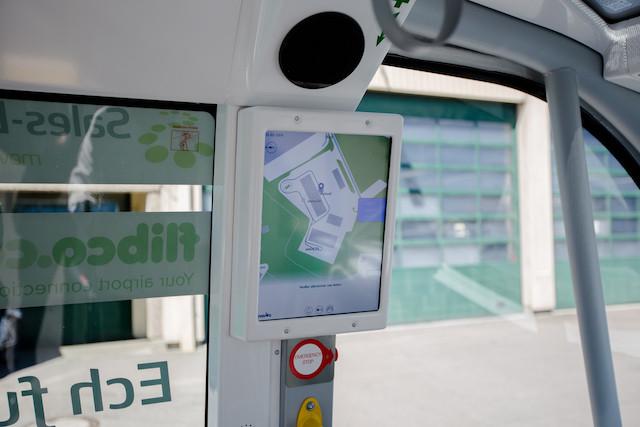 Sur une sorte de tablette est enregistré le parcours. Tactile, elle permet aux clients de choisir leur arrêt. (Photo: Romain Gamba)
