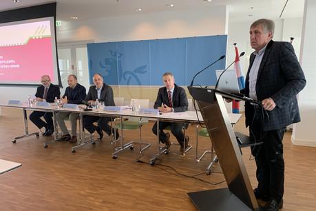Le ministre de la Mobilité et des Travaux publics, François Bausch, prend la parole lors de la conférence de presse du lundi 14 octobre au sujet de l'adaptation des transports publics. (Photo: Maison Moderne)