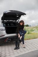 En mouvement: Stéphanie Jauquet n'hésite pas à troquer ses escarpins pour des bottes lorsqu'elle visite des chantiers. Ici à Grass, à la frontière belgo-luxembourgeoise, où un nouvel atelier de production pour Cocottes est actuellement en construction. ((Photo: Romain Gamba))