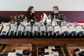 Business: L'entrepreneuse belge de 47 ans échange régulièrement avec ses fournisseurs. Ici, elle se penche sur de nouveaux vins pour ses restaurants avec Pascal Carré, propriétaire de La Cave des Sommeliers à Steinfort, avec lequel elle travaille depuis 10 ans. ((Photo: Romain Gamba))