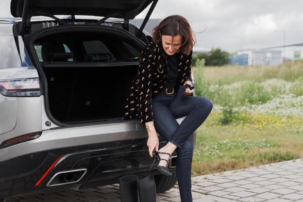 Stéphanie Jauquet n'hésite pas à troquer ses escarpins pour des bottes lorsqu'elle visite des chantiers. Ici à Grass, à la frontière belgo-luxembourgeoise, où un nouvel atelier de production pour Cocottes est actuellement en construction. (Photo: Romain Gamba)
