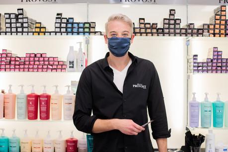 Le vacarme des sèche-cheveux et le cliquetis des ciseaux ont repris dans le salon de Nicolas Hogge, coiffeur à Steinfort. Soulagé mais prudent, l'entrepreneur reconnaît que le confinement laisse des traces, et pas seulement au niveau capillaire. (Photo: Matic Zorman/Maison Moderne)