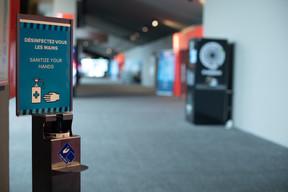Dans le hall, devant les salles… Des distributeurs de gel hydroalcoolique sont disposés un peu partout dans le cinéma. ((Photo: Matic Zorman / Maison Moderne))