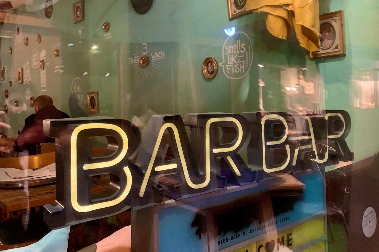 Dès la vitrine, on sent l'ambiance joyeusement vintage et conviviale du nouveau BarBar, en plein centre de la capitale… (Photo: Maison Moderne)