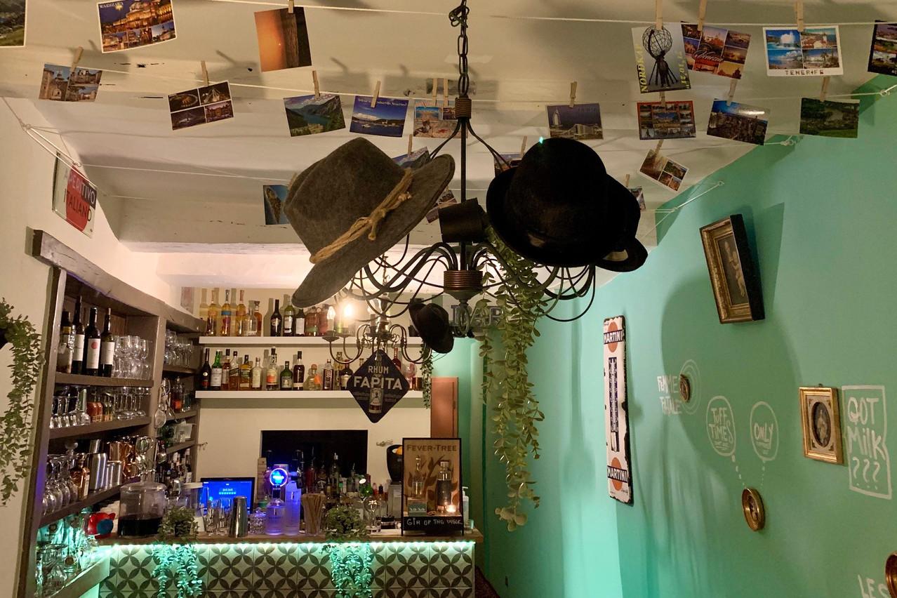 Le bar bien rempli, les cartes postales et les chapeaux suspendus, ainsi que les petits traits d'humour picturaux au mur rappellent les premières heures du concept BarBar. Maison Moderne