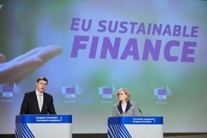 Valdis Dombrovskis et Mairead McGuinness ont détaillé mercredi les trois mesures principales pour que la finance contribue à l'objectif européen d'atteindre la neutralité climatique d'ici à 2050. (Photo: EU/ClaudioCentonze)