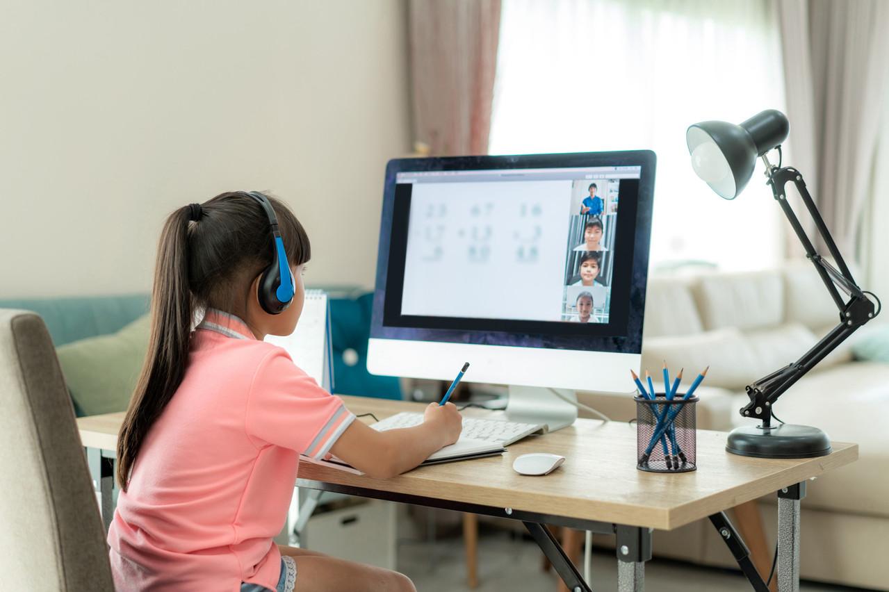 Malgré le Covid-19, les élèves peuvent se mettre à niveau cet été grâce aux nouveaux cours sur le site schouldoheem.lu, disponible depuis le début de la crise. (Photo: Shutterstock)