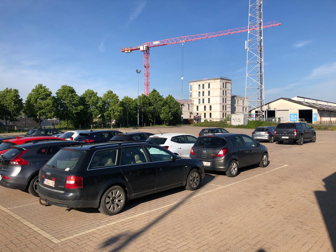 Habituellement remplies totalement, les 765places du parking de la gare d'Arlon étaient presque toutes vides mercredi matin. (Photo: Paperjam)